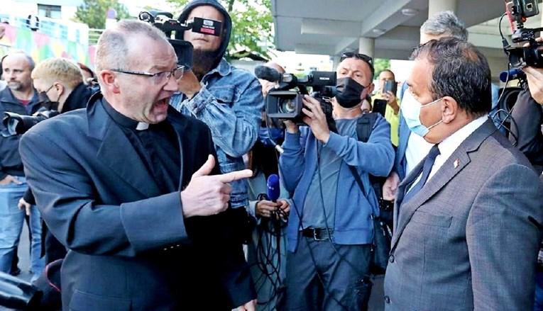 Crkva se oglasila o svećeniku koji je divljao pred bolnicom zbog covid-potvrda