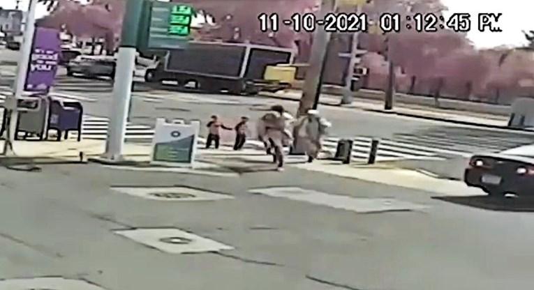 VIDEO Šokantna snimka: Muškarac usred dana pokušao oteti curicu (3). Spasili je prolaznici